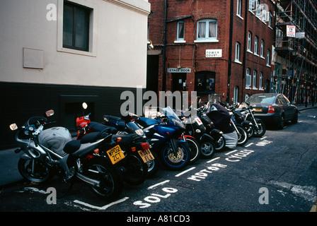 Les motos garées dans une rue de Londres Banque D'Images