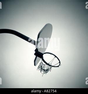 Panier de basketball avec filet déchiré Banque D'Images