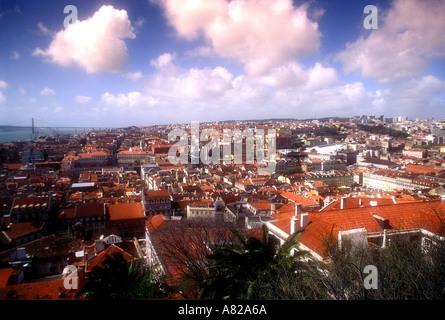 Vue du château St Georges à l'ouest par la ville de Lisbonne Portugal Banque D'Images