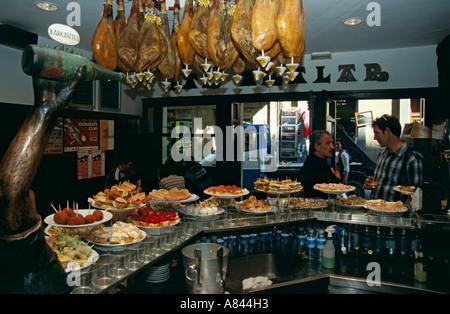 L'Espagne. Pays Basque. San Sebastian. Aralar Bar Restaurante dans le vieux quartier de la ville. Les personnes Banque D'Images