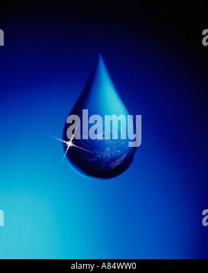 Close-up concept de la planète Terre en goutte d'eau. Banque D'Images