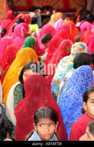 Des femmes habillées en sari coloré pour assister à une cérémonie religieuse à Pushkar, Rajasthan, Inde. Banque D'Images