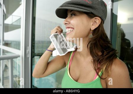 Vue d'une femme tenant un appareil. Banque D'Images