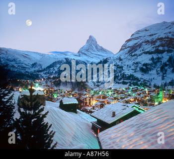 Vue sur la station vers le Cervin au crépuscule, Zermatt, Suisse Banque D'Images