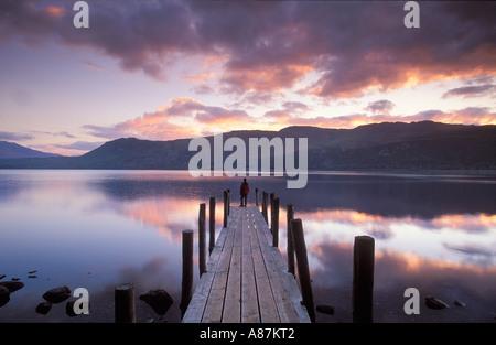 La figure sur la scène à l'atterrissage Brandelhow Bay Lake District National Park Derwentwater Cumbria England Banque D'Images