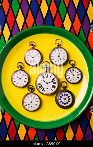 Plaque avec pocketwatches Banque D'Images