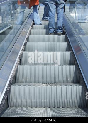 Les jeunes gens debout sur Escalator Banque D'Images