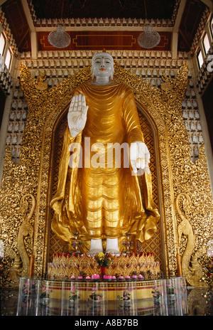 L'île de Penang MALAISIE Georgetown Dharmikarama Golden Temple Birman Bouddha Debout main posée sur palm pour écarter le mal