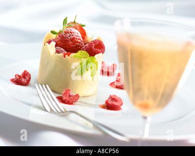 Dessert de fruits et chocolat blanc Banque D'Images