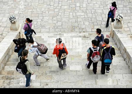 Les enfants de l'école avec sac à dos en descendant les escaliers, Graffiti, Alicante, Espagne Banque D'Images