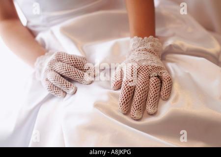 Une de mariée de porter un anneau de mariage Banque D'Images