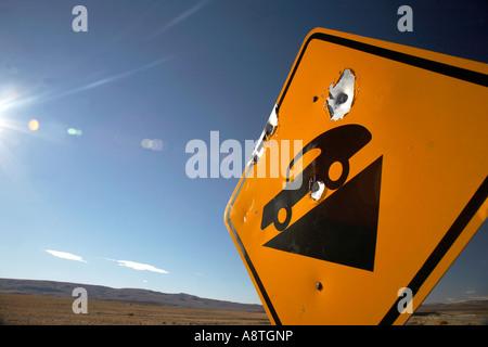 Trous de balle en signe de route, Patagonie, Argentine Banque D'Images