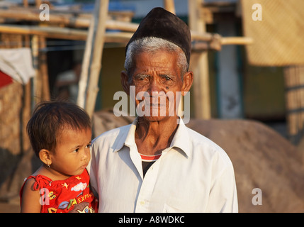 Vieil Homme tenant un enfant Banque D'Images
