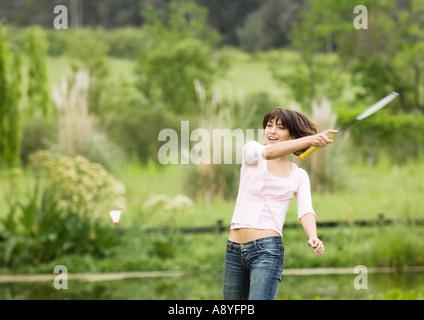Jeune femme raquette badminton oscillante Banque D'Images