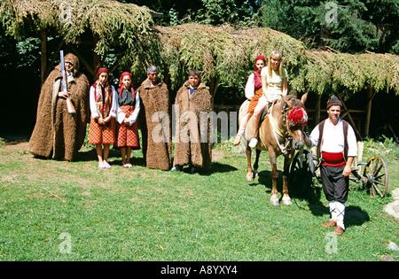 Les filles habillés en costume national bulgare et des hommes habillés comme des chasseurs, Chalin Valog, Pirin, Banque D'Images
