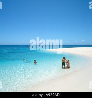 Une famille sur la plage sur un banc à la Grande Barrière de Corail, près de Cairns, Queensland, Australie Banque D'Images