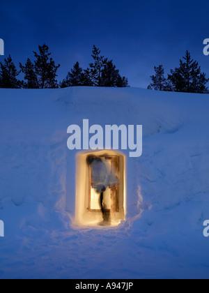 Femme aller dans la neige et à l'Hôtel Igloo Village Kakslauttanen, Igloo, situé dans la région de Laponie est tombé Banque D'Images