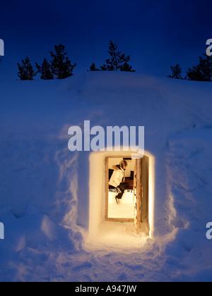 Femme à l'intérieur de l'Hôtel Igloo de neige et le Village d'Igloo, Kakslauttanen, situé dans la région de Laponie Banque D'Images
