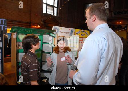 L'échelle de la ville de New Haven Expo-sciences. Les élèves expliquent leurs projets d'expo-sciences à un juge Banque D'Images