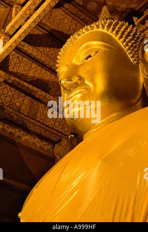 Bouddha ou Rupa avec sa robe safran situé à Ayutthaya, Thaïlande. Banque D'Images