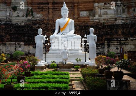 Bouddha ou Rupa avec sa robe safran situé au Wat Yai Chai dans Monghon la vieille ville Ayutthaya. La Thaïlande. Banque D'Images