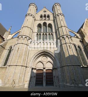 Un aperçu de 2 photo panoramique de l'entrée principale de l'église Notre Dame (Onze-Lieve-Vrouwekerk) à Bruges Banque D'Images
