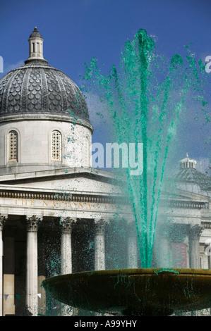 Fontaine d'eau de couleur verte à Trafalgar Square à la St Patrick's Day Celebration à Londres