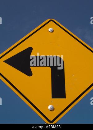 AJD42610, signalisation routière, virage à gauche Banque D'Images