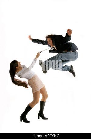 Jeune femme et l'homme en costume d'affaires jump occasionnels Banque D'Images