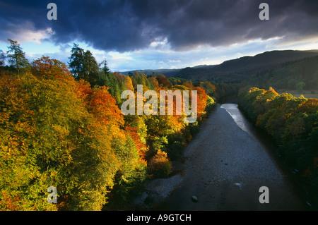 Couleurs d'automne sur les rives de la rivière Tay nr du col de Killecrankie Le Perthshire Scotland UK