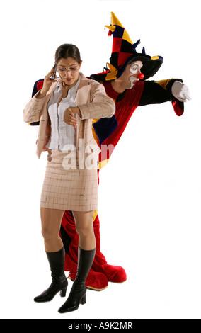 Jeune femme en costume costume homme comédien mime acteur occasionnel amusant giggle temporisation mobile Banque D'Images