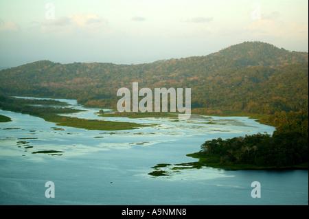 Soirée à Rio Chagres dans parc national de Soberania, République du Panama Banque D'Images