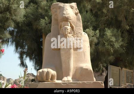 Sphinx tête de Ram dans l'Avenue de sphinx, Karnak, Egypte Banque D'Images