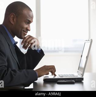 Businessman typing on laptop Banque D'Images