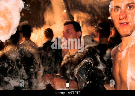 Le lac Balaton en Hongrie: une mousse party at the Palace Disco dans Siofok où les jeunes clubbers obtenir trempé Banque D'Images