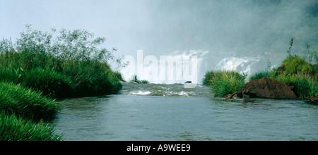 La position sur le bord de l'Iguassu Falls, Argentine Banque D'Images