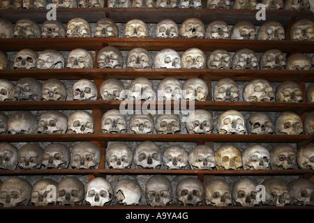 Des crânes humains à St Leonards Church, Hythe, dans le Kent, en Angleterre.