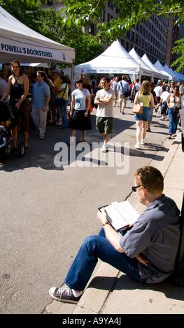 La lecture de l'homme au cours de la foire du livre de l'imprimante ligne Chicago Illinois Banque D'Images