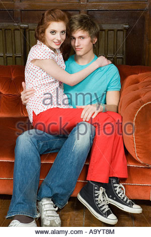 Teenage couple sitting on sofa Banque D'Images