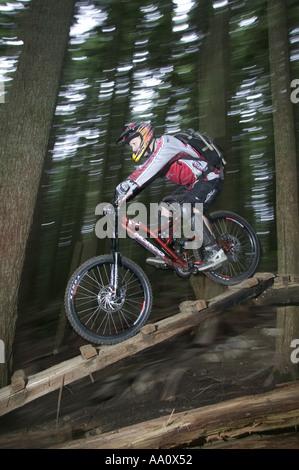 Vélo de montagne équitation vers le bas un sentier du Bois de la Côte-Nord Vancouver Canada Banque D'Images
