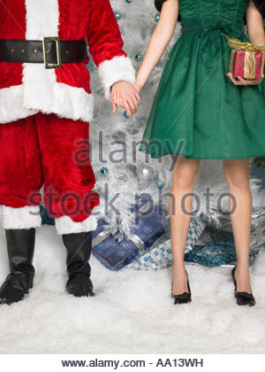 Santa holding hands with a woman Banque D'Images