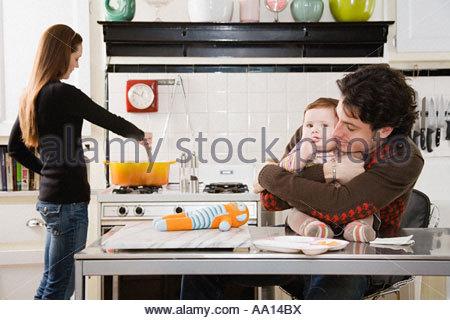 Parents et bébé dans la cuisine Banque D'Images