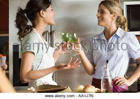 Les femmes dans le vin ayant cuisine Banque D'Images
