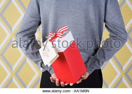 Man holding jour mères cadeau Banque D'Images