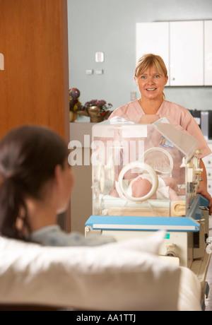 L'infirmière dans la couveuse pour voir Mère