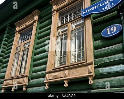 Fenêtres avec châssis Ornamentic d'une ancienne maison, Omsk à l'eau d'Irtisch et Omka, Omsk, Sibiria, Russie, GUS, Banque D'Images