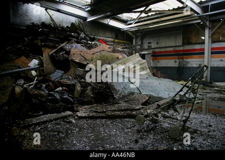 Image intérieur de Moody un vieil entrepôt abandonné avec les déchets empilés et une vieille poussette en premier Banque D'Images