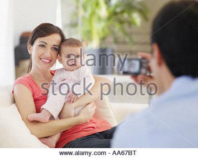 Mère et fille bébé posing while père prend une photo Banque D'Images