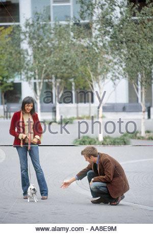 Couple avec petit chien Banque D'Images
