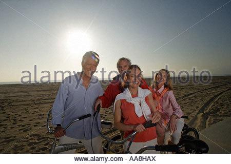Les couples d'âge mûr avec des vélos sur beach boardwalk Banque D'Images